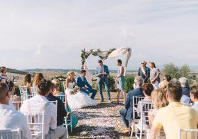 Trouwen in Toscane - burgerlijk huwelijk met bloemenboog - funkybird