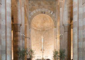 Bloemen en decoratie in kerk - funkybird - wedding design