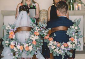 trouwen in toscane - bloemen aan stoel bij ceremonie - funkybird - wedding design